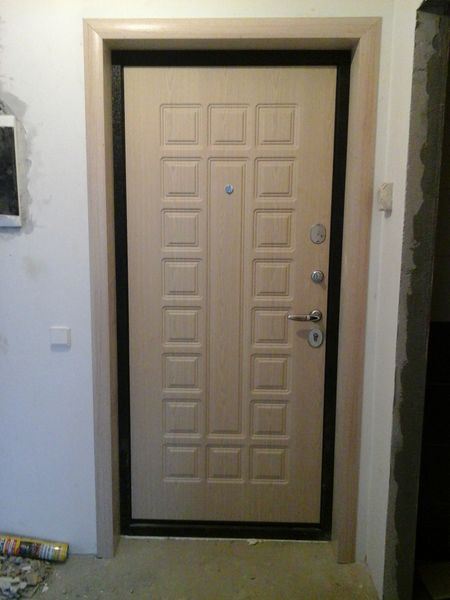 установка входной двери и ее отделка